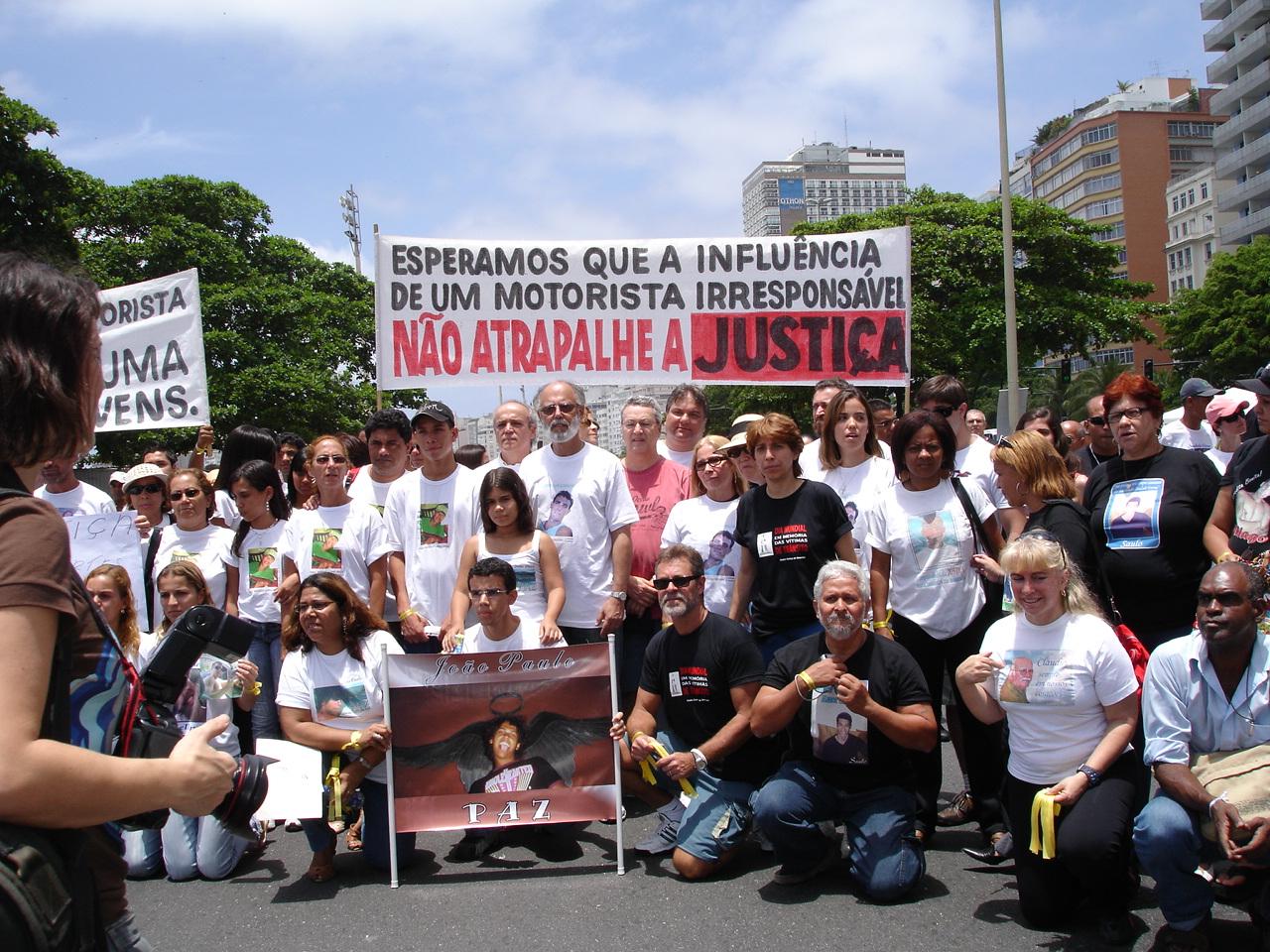 Grupo de vítimas de trânsito na praia de Copacabana, RJ